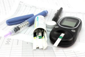 Diabetes Messgeräte auf weissem Blatt