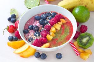 Joghurt mit Müsli und Beeren mit Hafer